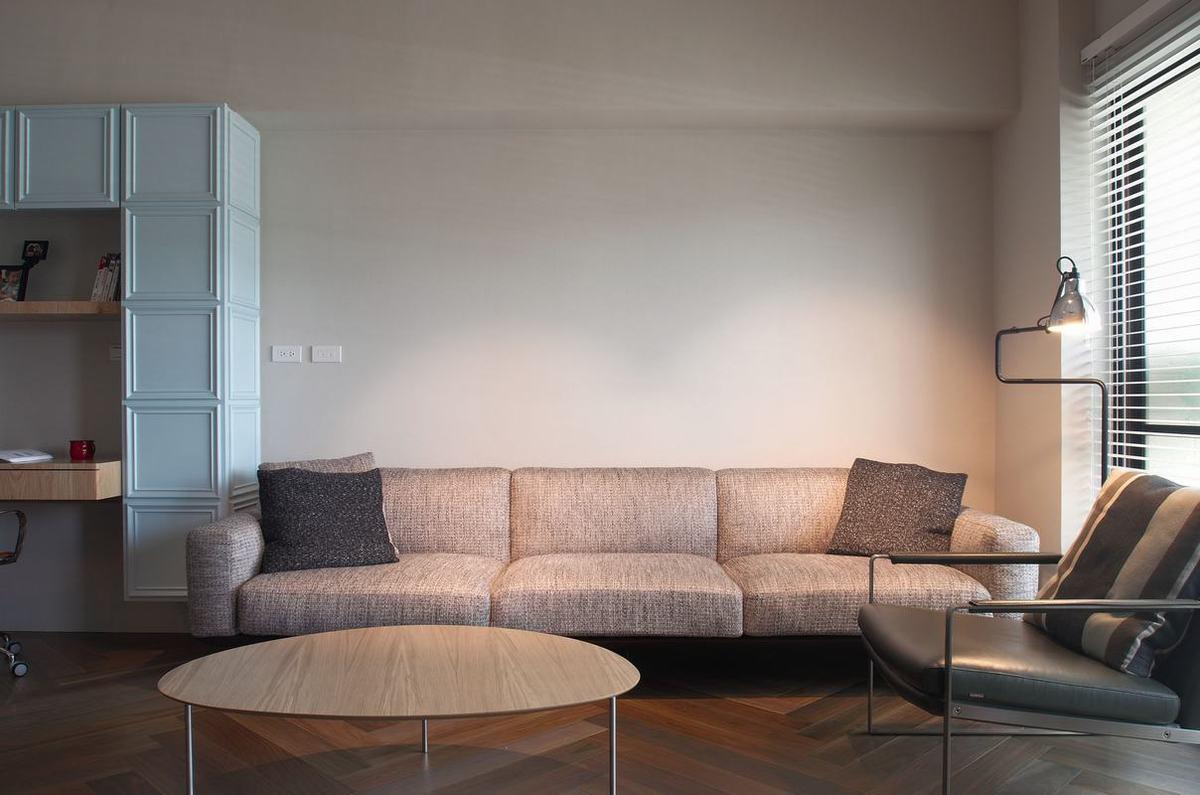 米色布艺沙发让整个空间显得更加敞亮,局部深色抱枕点缀,这样墙面不会显得太寡淡。