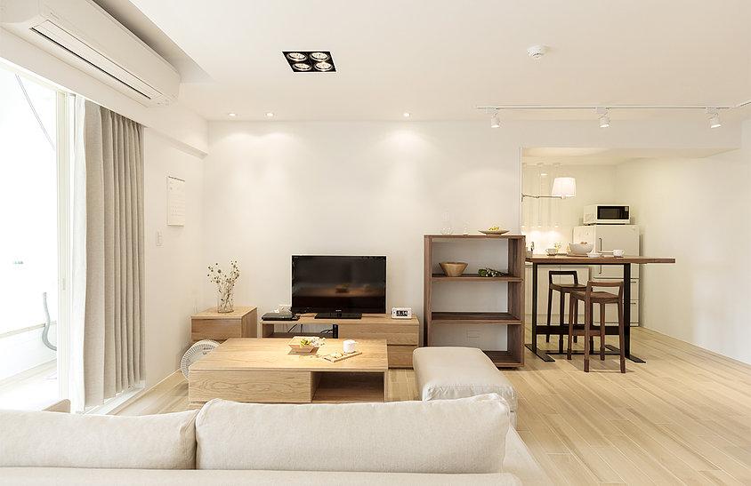 日式的客厅中自然是以原木为主,地面通铺原木地板,选择了原木的茶几,显得很温馨