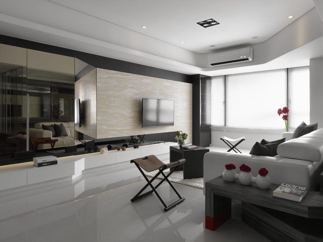 白色皮质沙发搭配黑色家具,表达出理性克制的色彩情绪,空间宽敞明亮。