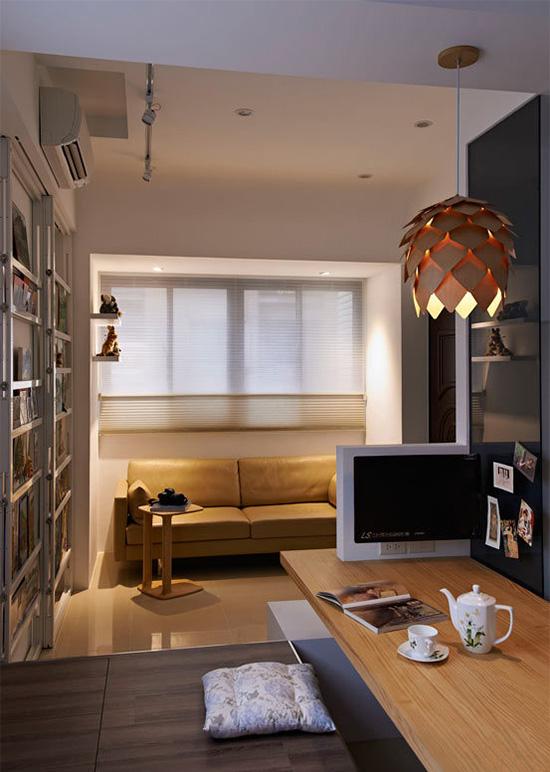 位于空间中段的休憩区,接连了客厅与厨房,并使用架高榻榻米增加空间层次,也能作为收纳功能使用。