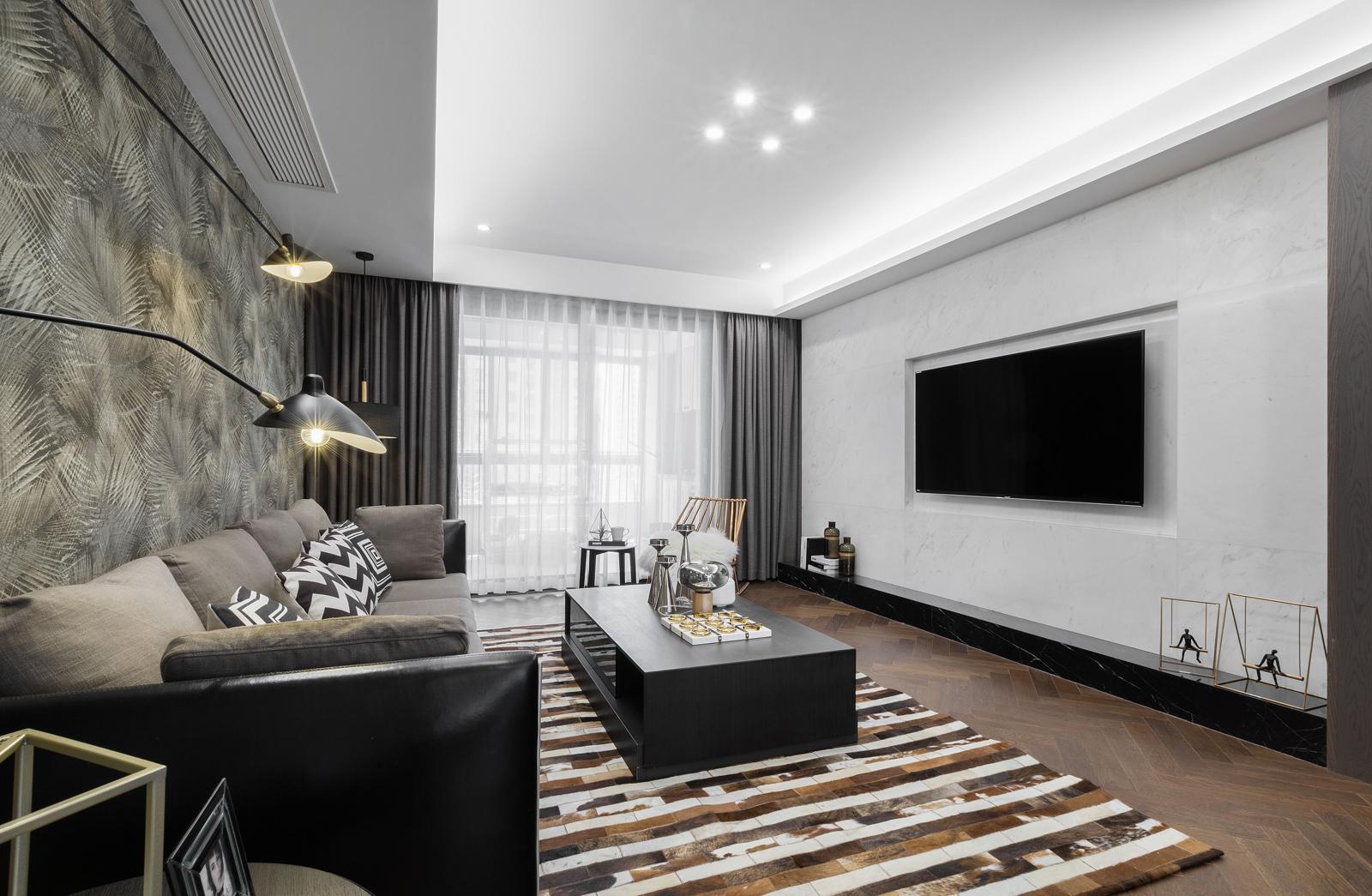 客厅的布艺沙发和小茶几,整个空间的搭配高档优雅,沙发背景墙华丽端庄。