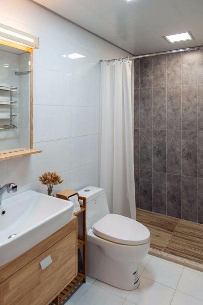 卫生间用白色地砖与墙面铺贴,让空间更显明亮,采用拉帘设计,扩大视野空间,实用方便。