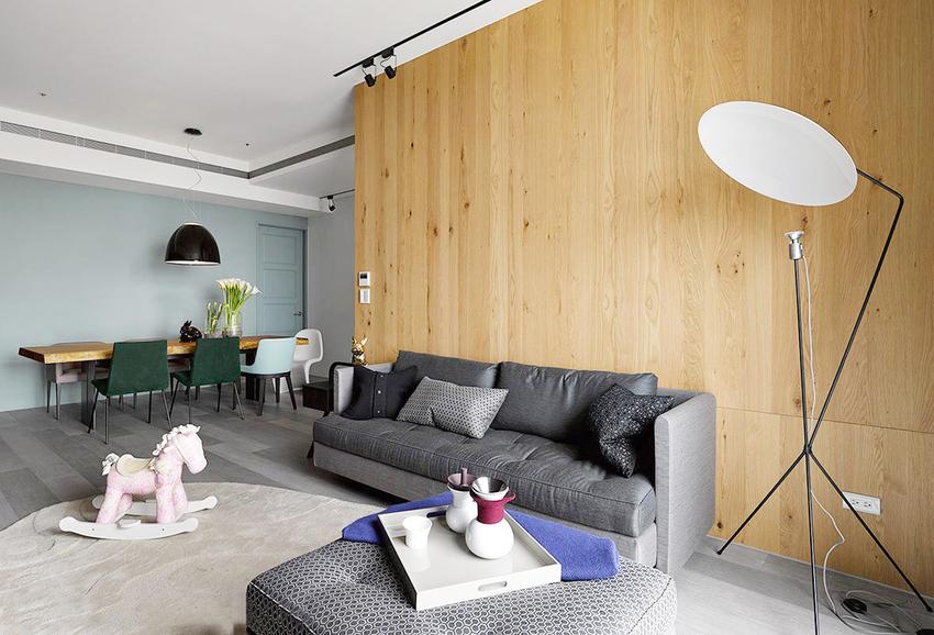 整面原木的沙发墙,贡献了更搞的室内亮度,也为空间增添了不少自然的感觉。