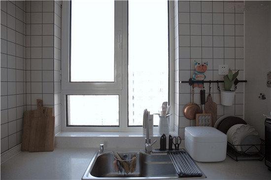 餐厅的右手边就是厨房了,设计之初就追求全白。