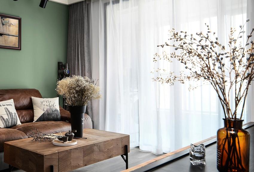 冰冷而简约的空间需要一些色彩元素来提亮整个空间的视觉效果。
