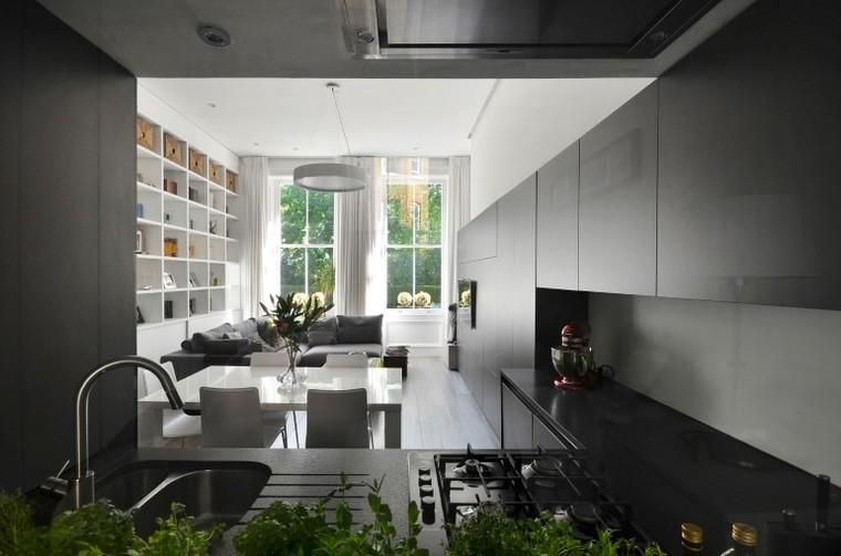 整体的设计让空间看起来和谐又连贯,大容量的储物空间将家中杂物收纳。