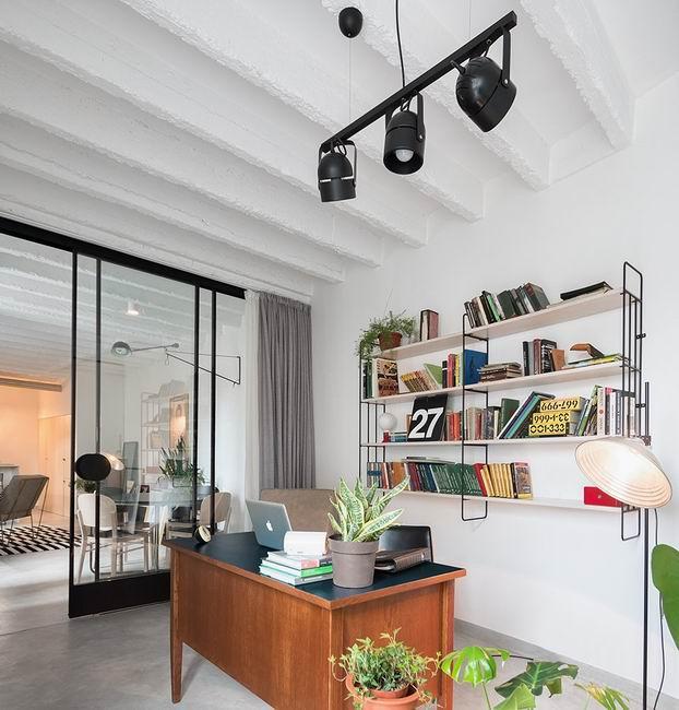 利用书架作为背景墙,很好的填补了墙面的空白。