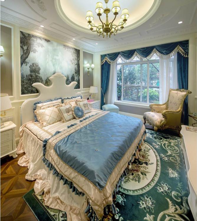 蓝色的窗帘与床品交相辉映,营造了一种优雅舒适的居住氛围。 豪华的吊顶设计呼应着灯池,演绎空间的华美。
