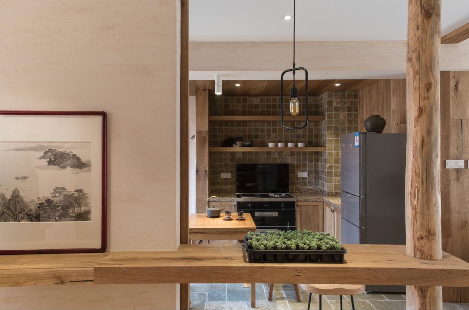 餐厅,餐厅只占用一小片空间,一张原木的餐桌子,还有一盏吊灯,一点多余的东西都没有,简约又实用