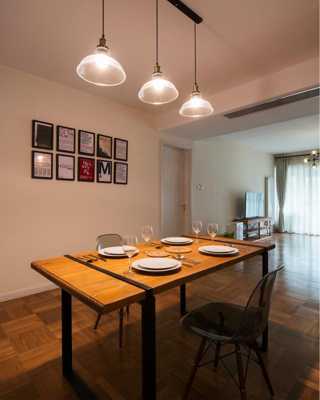 整个餐厅设计非常简约,照片墙设计点缀其中,不会让整个空间显得太过单调。