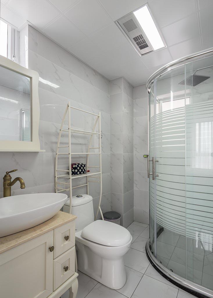 在有限的空间里,卫生间具备了洗漱、座侧、淋浴及收纳四种功能。