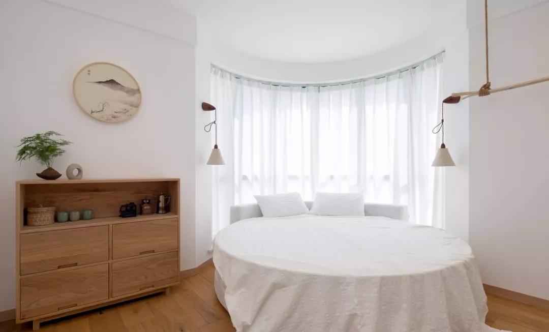 在家具选择上,多为简洁的线条造型。圆弧形的落地窗,床依窗,每天沐浴在阳光里,尽享生活的美好。