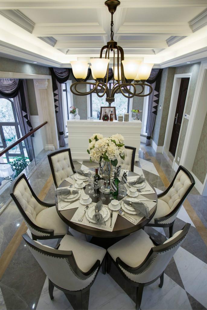 餐厅以精美水晶吊灯为装饰,一种闲适浪漫感