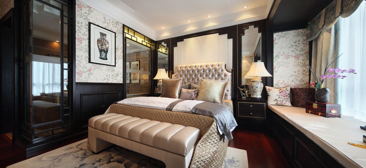 卧室中放置着简约大床,搭配上淡黄的布艺床品,而床头的背景墙则是以淡黄的装饰,加上黑色镶边设计
