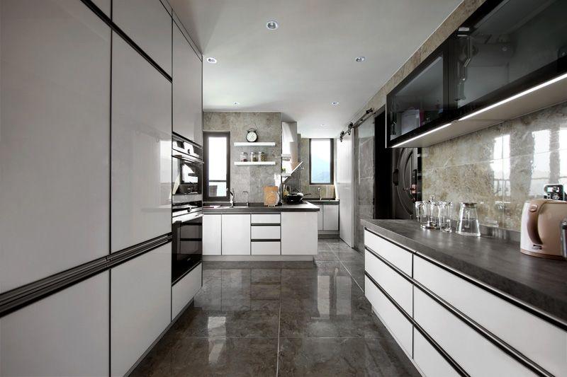 厨房被扩大了空间,增加了更多操作区域,冰箱、微波炉等电器被嵌入墙面做成了一体化,更节约空间,美观大气