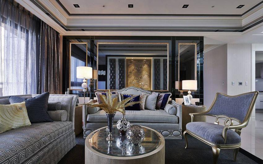 金箔画框界定的镜材底墙,运用中轴线概念定位、延伸,开阵了客厅与书房的透视性低调互动。