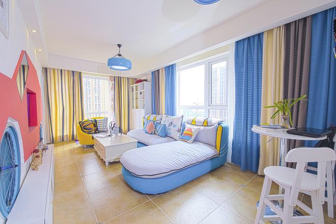 黄色的轮椅沙发与窗帘相得益彰。客厅的轮胎吊灯,增添了一分野性的粗狂美。