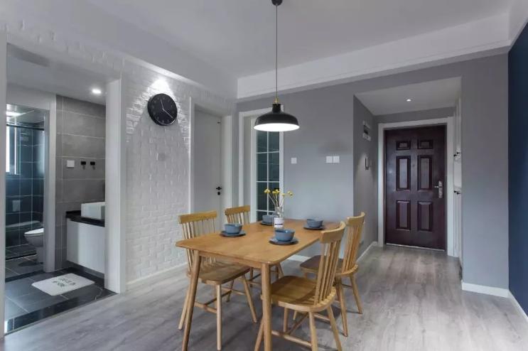 白色文化砖一直铺贴到餐厅,选用白色的门框与踢脚线搭配给人感觉也是比较干净利索,原木色的餐桌椅,暖暖的