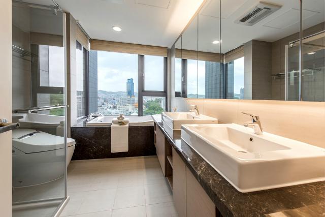 浴缸选择靠窗,边泡澡边品酒边欣赏外界风光,一切生活压力尽消失的无影无踪。