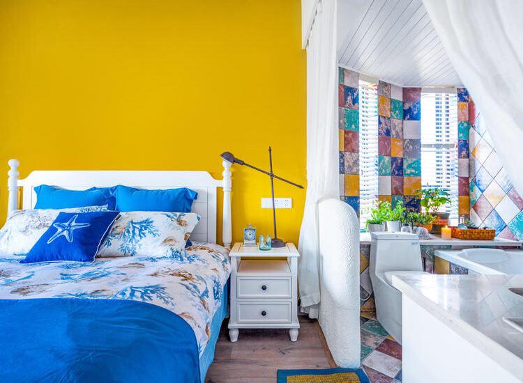 主卧室整个以暖色为主,温暖而舒适,很适合主人更好的休息