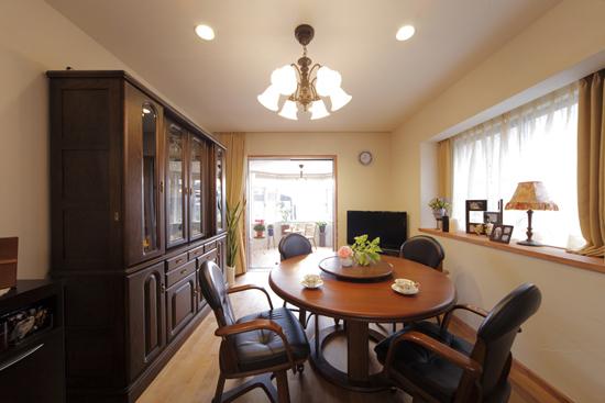 圆形的木质餐桌,踏实稳重,细腻的木材质感,给人温和之余不失素雅。