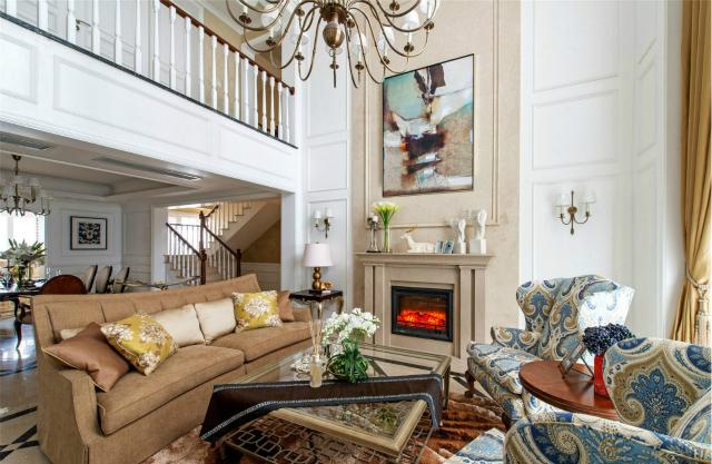 空间用白色、咖色等经典装修色调进行搭配,呈现出大气豪华的氛围。蓝色花纹的座椅在奢华中带来一丝优雅。