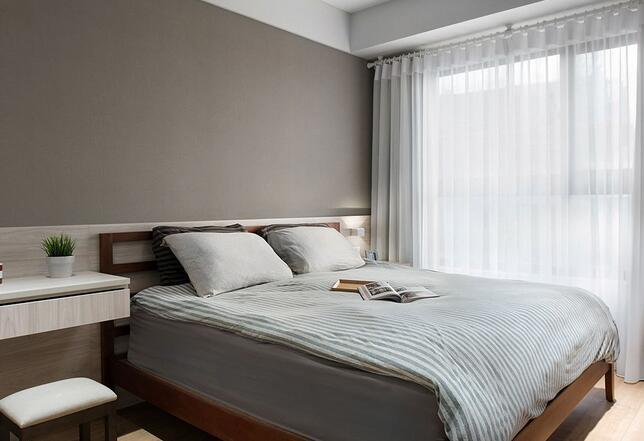 以灰色系床头壁纸搭配温润木色元素,营造主卧室的舒眠氛围。