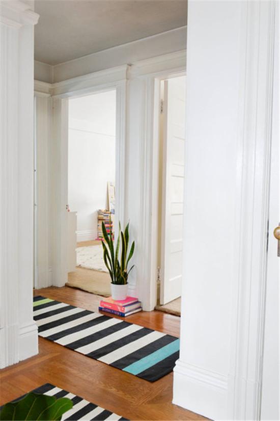 过道铺上黑白条的地毯,大大绿色盆栽,让小空间也不单调,让装饰不浓情。