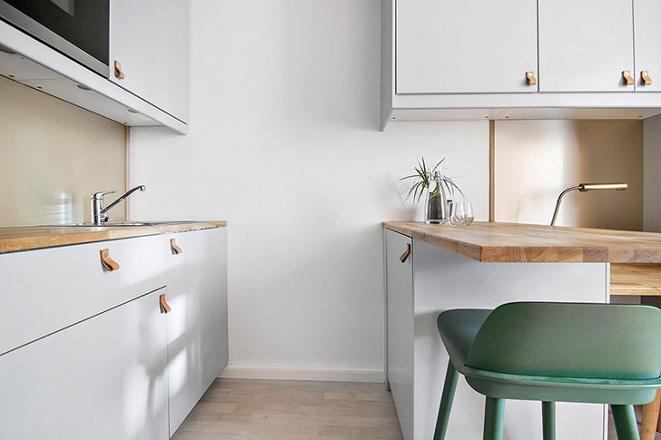 浅灰色的柜体显得精致,木面的桌面让区域显得温馨。