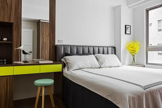 以亮绿色跳脱温润质感,为卧眠空间挹注活泼调性。