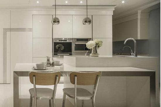 厨房吧台结合餐桌机能设计,透过餐桌本身以人造石、金属材质的规划,给予空间时尚有形的餐叙情调。
