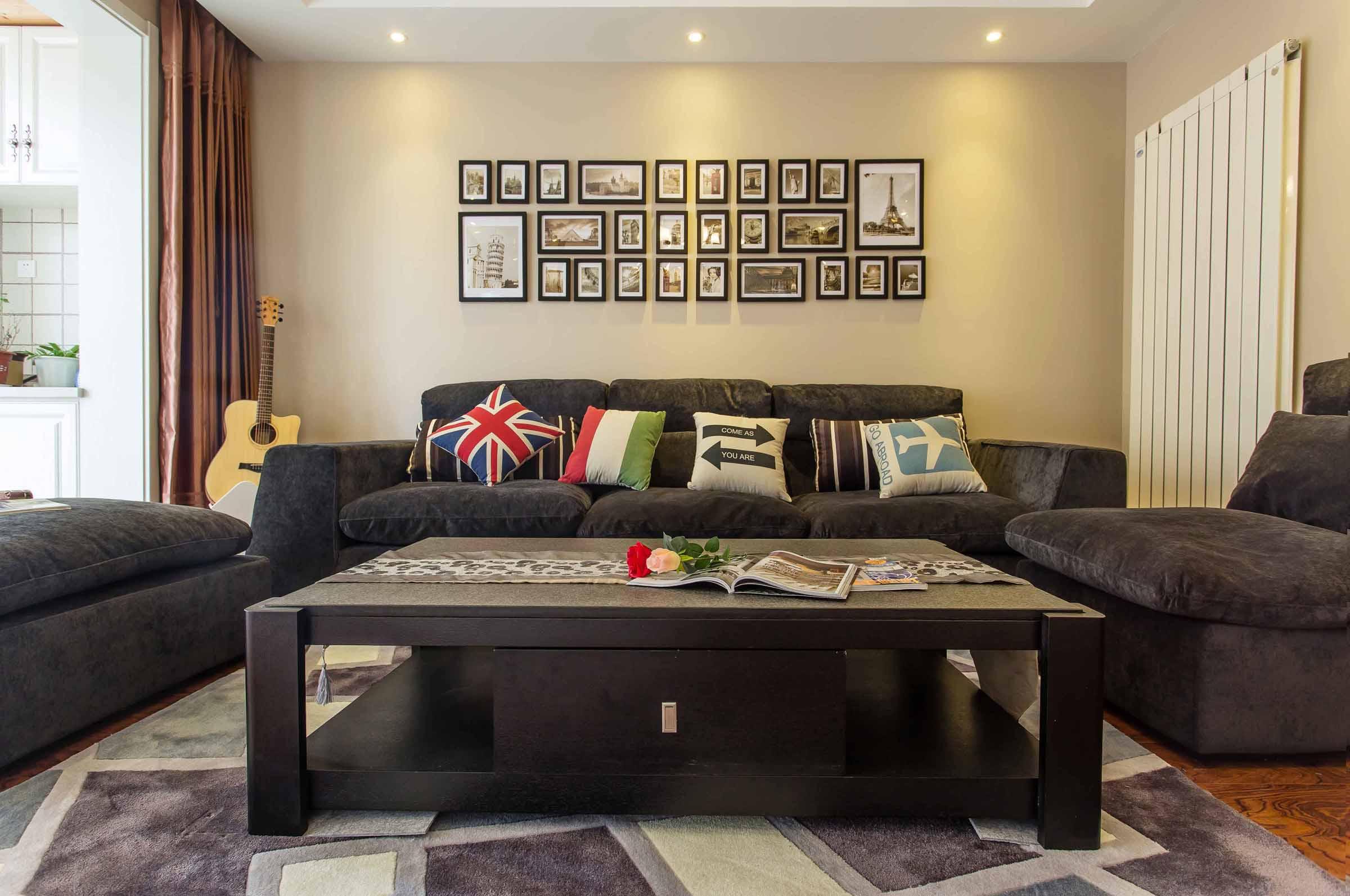 沙发背景墙挂置着记录主人的生活的点滴,