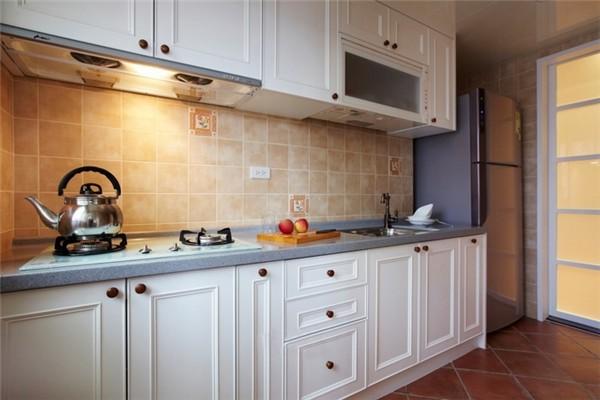 厨房首要讲究实用性,实木的橱柜,线条也是非常漂亮的。