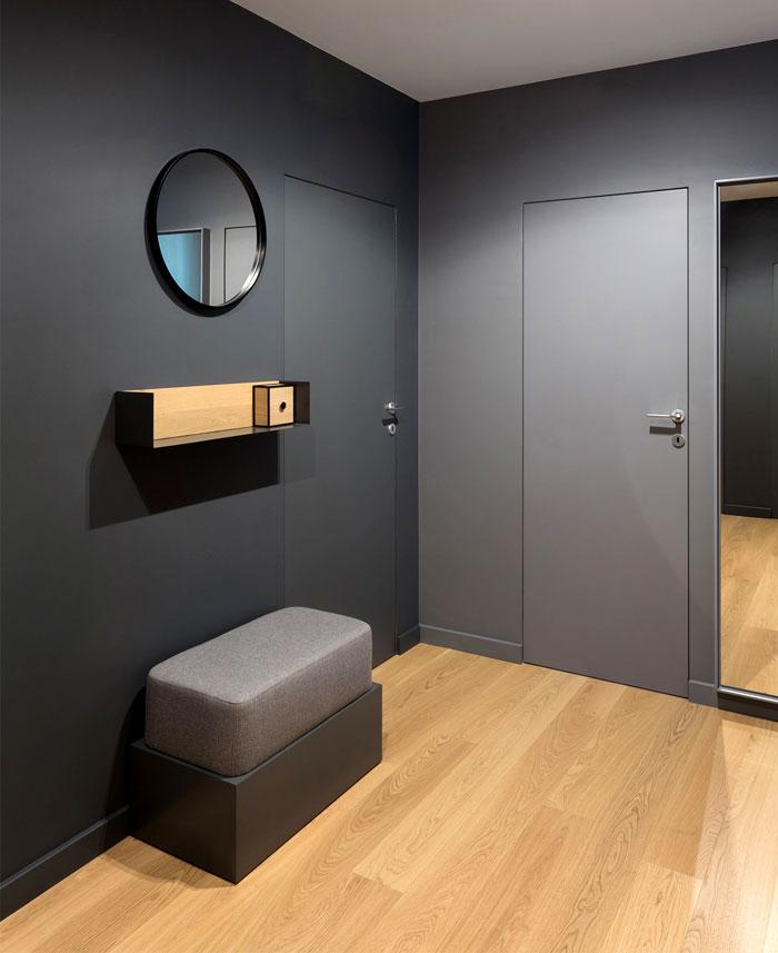 入口大厅内可以观察到类似的颜色和图案,木制墙板将其从日间区域和滑动门分开,