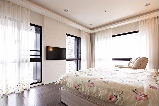 丰富的窗户加上白色窗帘,完美解决了光线问题。