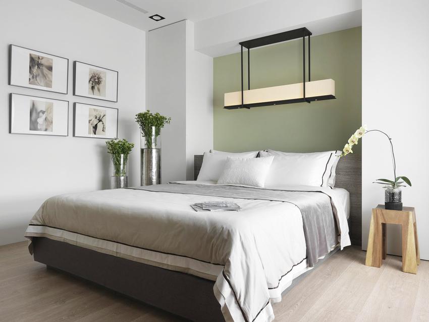 主卧再次展现出北欧特色充分考量到个人生活习惯,绿色墙壁加上长条的灯充满风格。