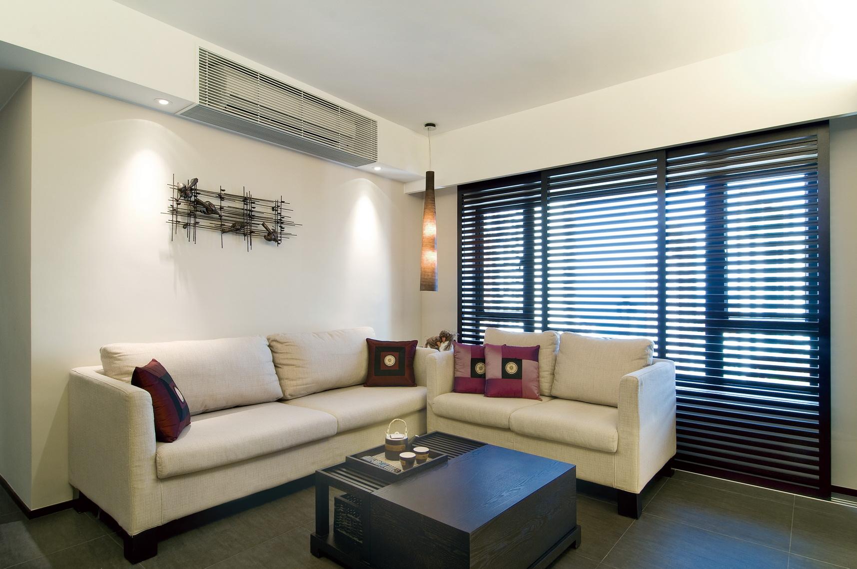 客厅背景墙以黑白相间的木质横条纹的装饰,黑白经典的搭配,简约而大方