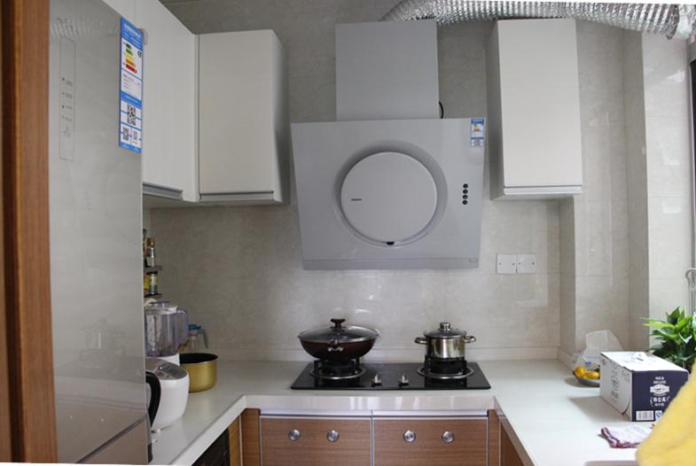 厨房橱柜采用的实木橱柜,在呈现精简线条同时,又蕴含奢华感,着重于实用、典雅与品味。