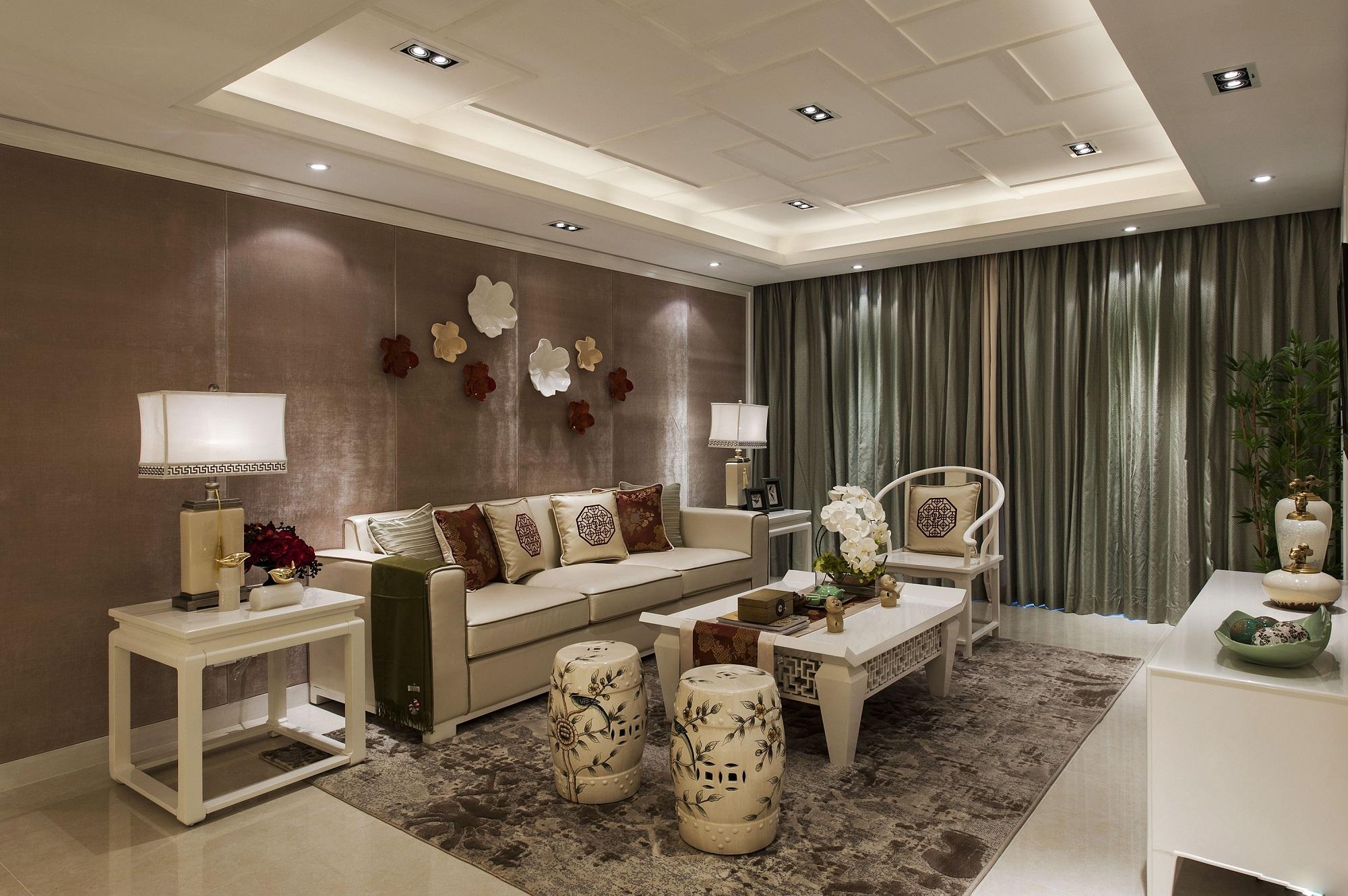 客厅设计整体非常雅致,沙发背景墙造型独特,耐人寻味。柱形椅子格外抢眼。众多瓷器的装饰下,都在烘托古韵