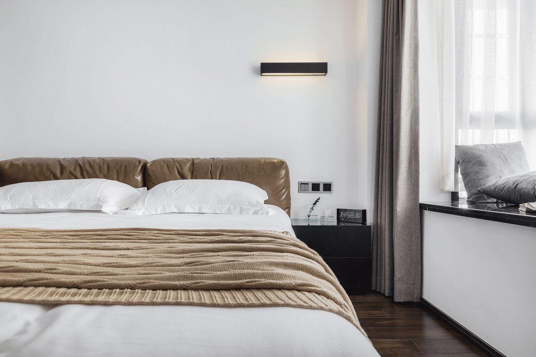 两间卧室都没有做挂画,而是加了一盏黑色长条床头壁灯。不做多余造型,保持宁静。