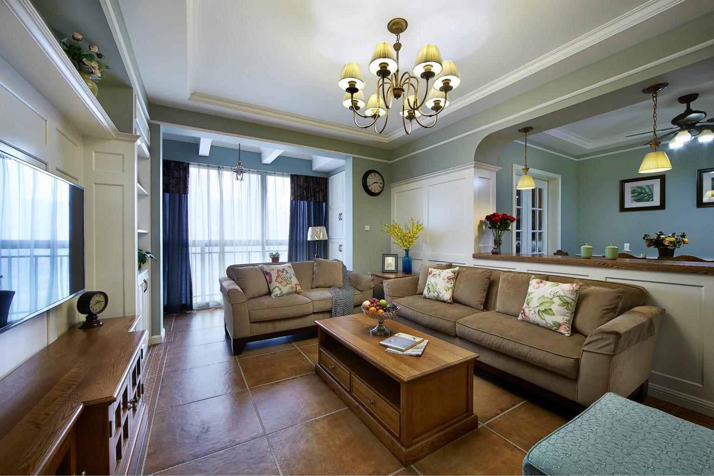 客厅电视挂在倾斜墙壁上,窗户边的座椅是美式风的特色装修,尽显自然生动。