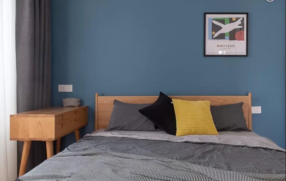侧卧配色注重时尚感,蓝色背景墙具有现代感,色感舒适,黄色抱枕撞色,加深了空间里的现代前卫感。