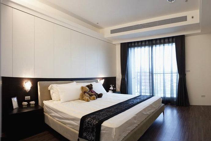 床尾墙面在电视的两侧分别隐藏了更衣室和卧室。