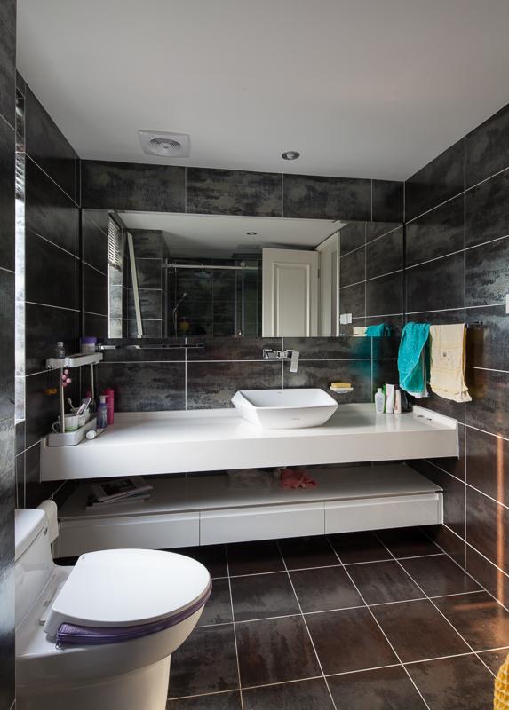 卫生间做了干湿分离,白色和咖色搭配是整个卫生间干净明亮