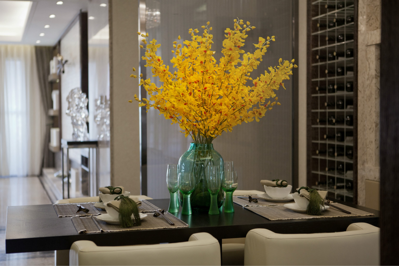 餐桌桌面为木色,椅为白色,黄色小碎花点缀,大气好看