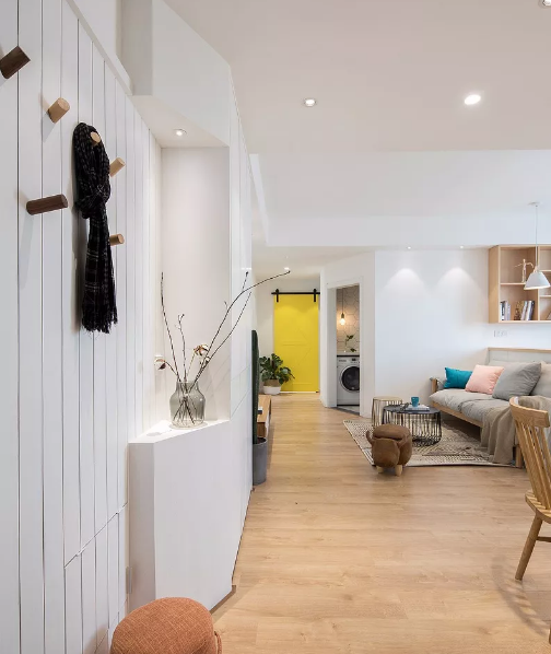 入户护墙板增加空间层次,而且很好的把强电箱隐藏起来,一整面大柜子,提供充足的收纳空间。