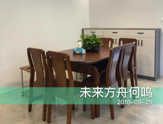 这款复古装修有点带现代风格,白色地砖搭配中式木质桌椅,非常大气。