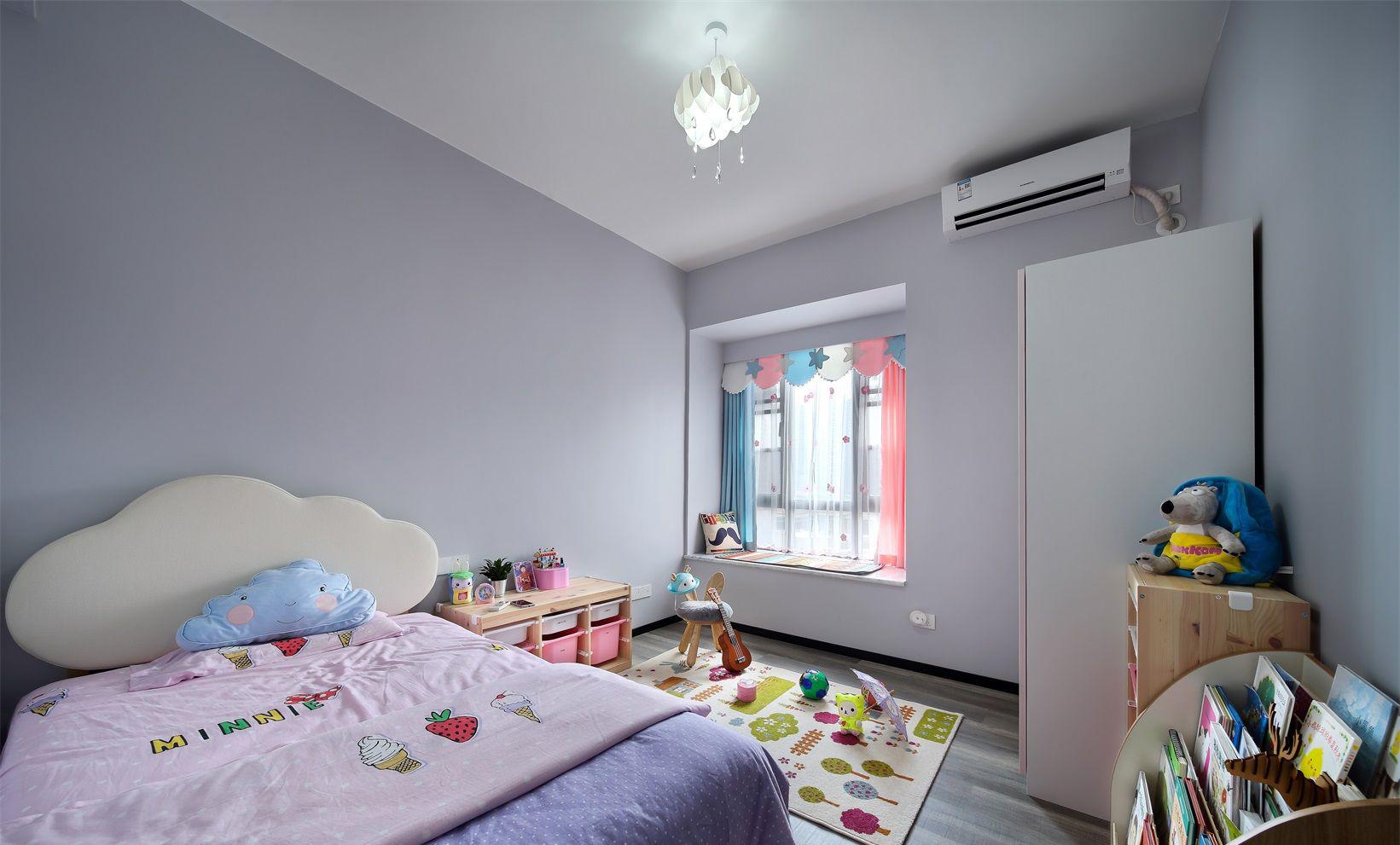 儿童房间的装饰中,设计师更注重色调的搭配整个房间更加的活跃