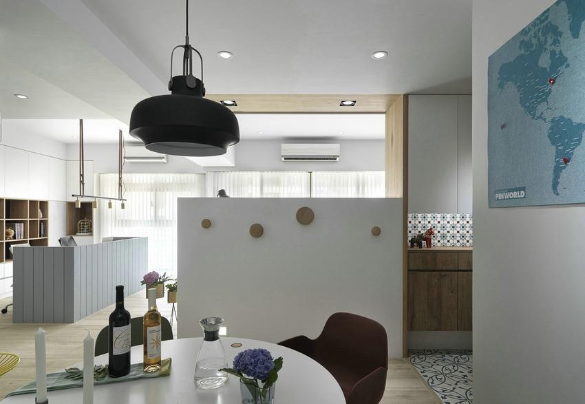 隔断式玄关与电视背景墙相连巧妙地将客厅与餐厅分离开来,同时留出一个过道起到缓冲作用。