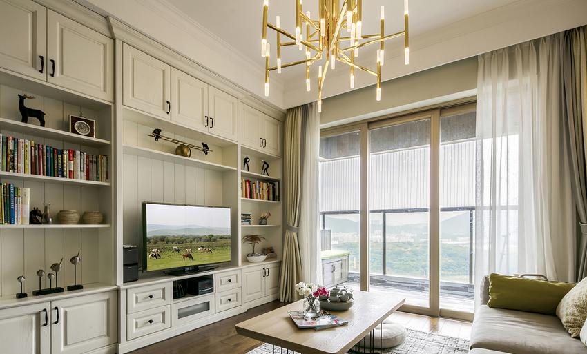 电视柜是储藏柜,又是展示柜,还是书柜,美观又实用。